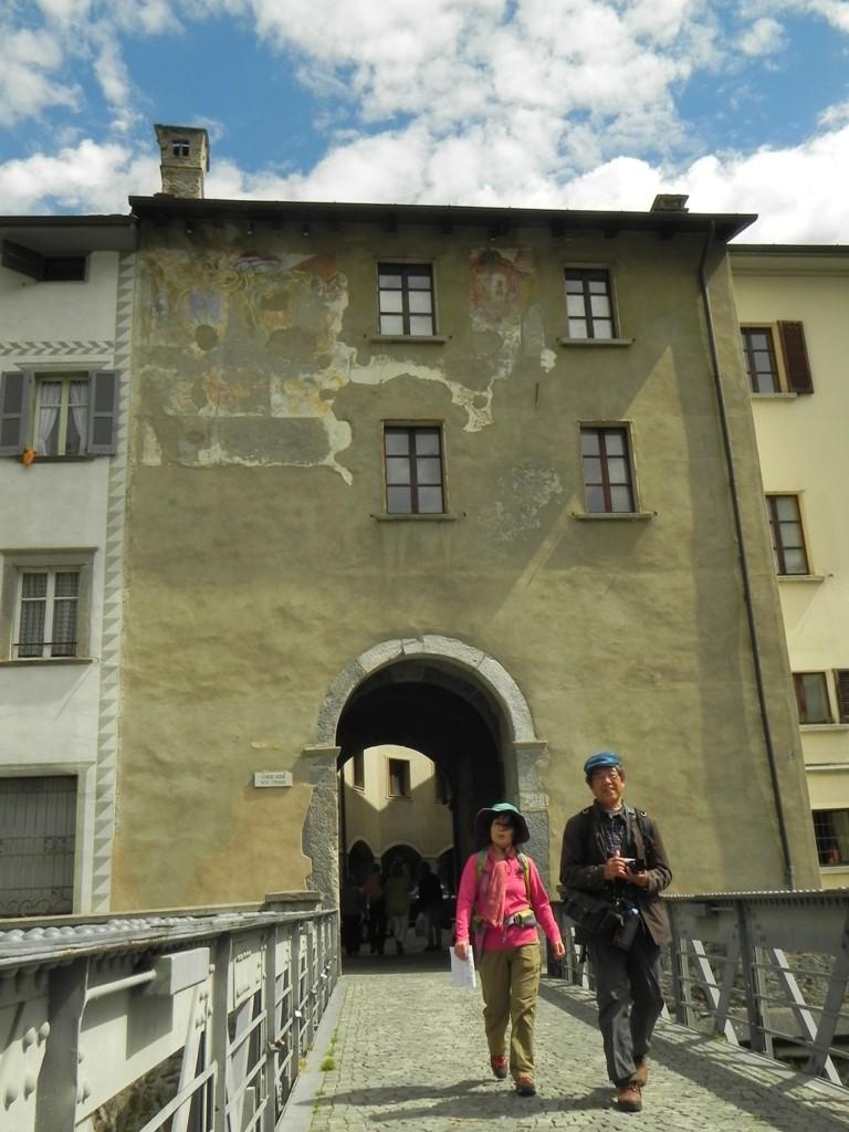 Tiranoに残る城門の一つ Porta Poschiavina ~ポルタ・ポスキアヴィーナ~ を背に。