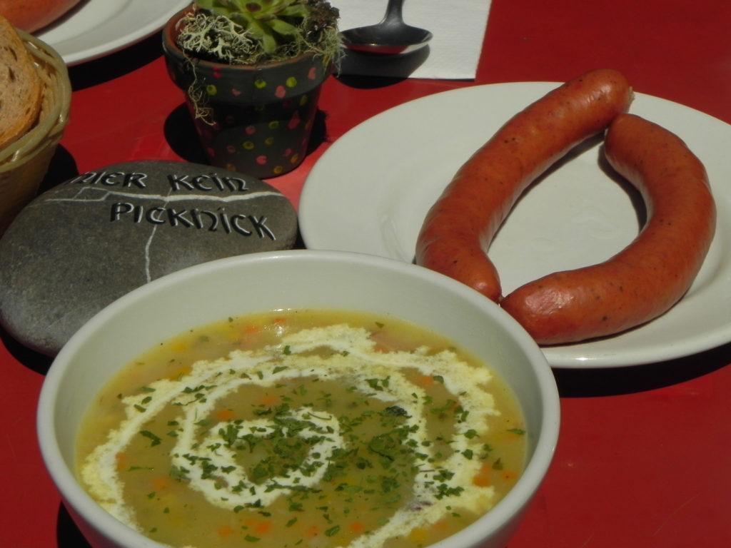 典型的・山ランチ。 大麦のスープとソーセージ。
