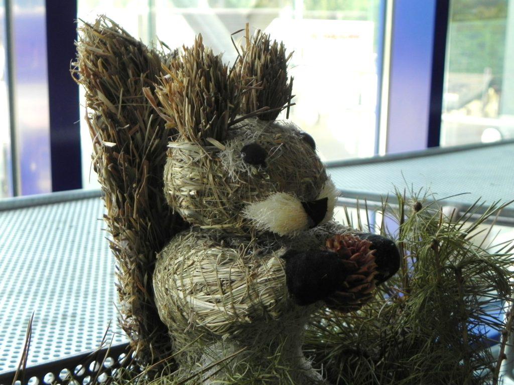 チケット売り場にいつもいる、リスちゃん。 スイスらしく干し草で作ってあるんですよ~ 毎回和む(*´▽`*)